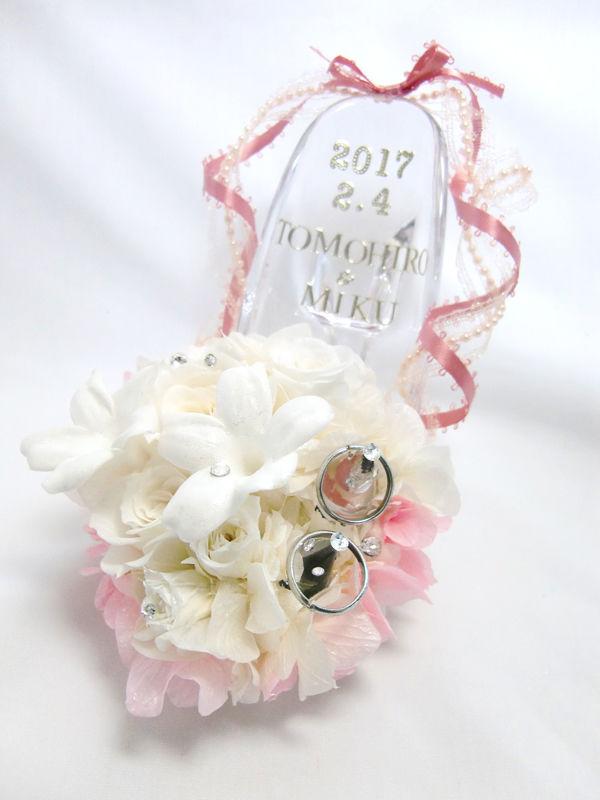 【プリザーブドフラワー/ガラスの靴リングピロー】シンデレラのガラスの靴を白いお花とピンクのリボンでふんわり飾って