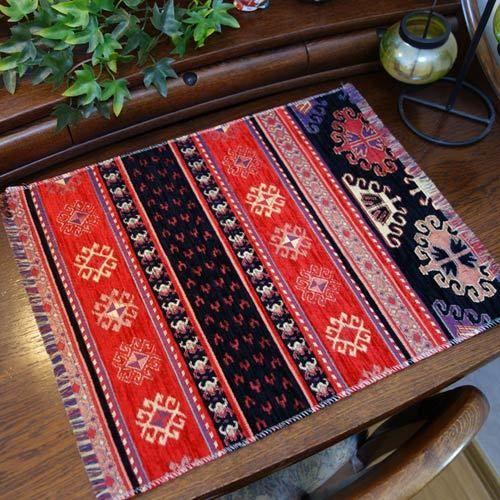 高級感のあるモダンなトルコのテーブルセンター(キリム柄レッド&ブラック)