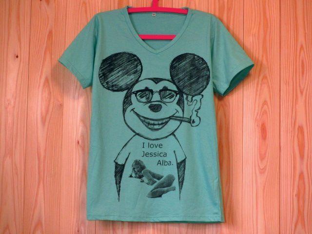 ミッキーマウス x ジェシカ・アルバVネックパロディーTシャツ/薄緑色/SMLXLグリーン たばこ 煙草 グラサン サングラス ミッキーTシャツ ウェイファーラー ブラックジョークTシャツ