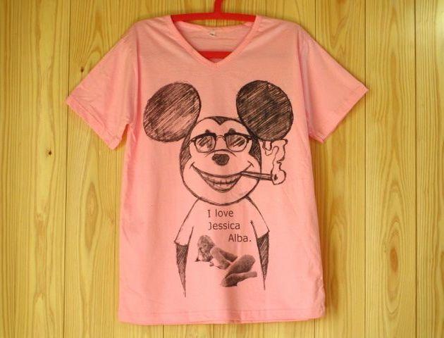 ミッキーマウス x ジェシカ・アルバVネックパロディーTシャツ/ピンク/ たばこ 煙草 グラサン サングラス ミッキーTシャツ ウェイファーラー ブラックジョークTシャツ 通販売新品