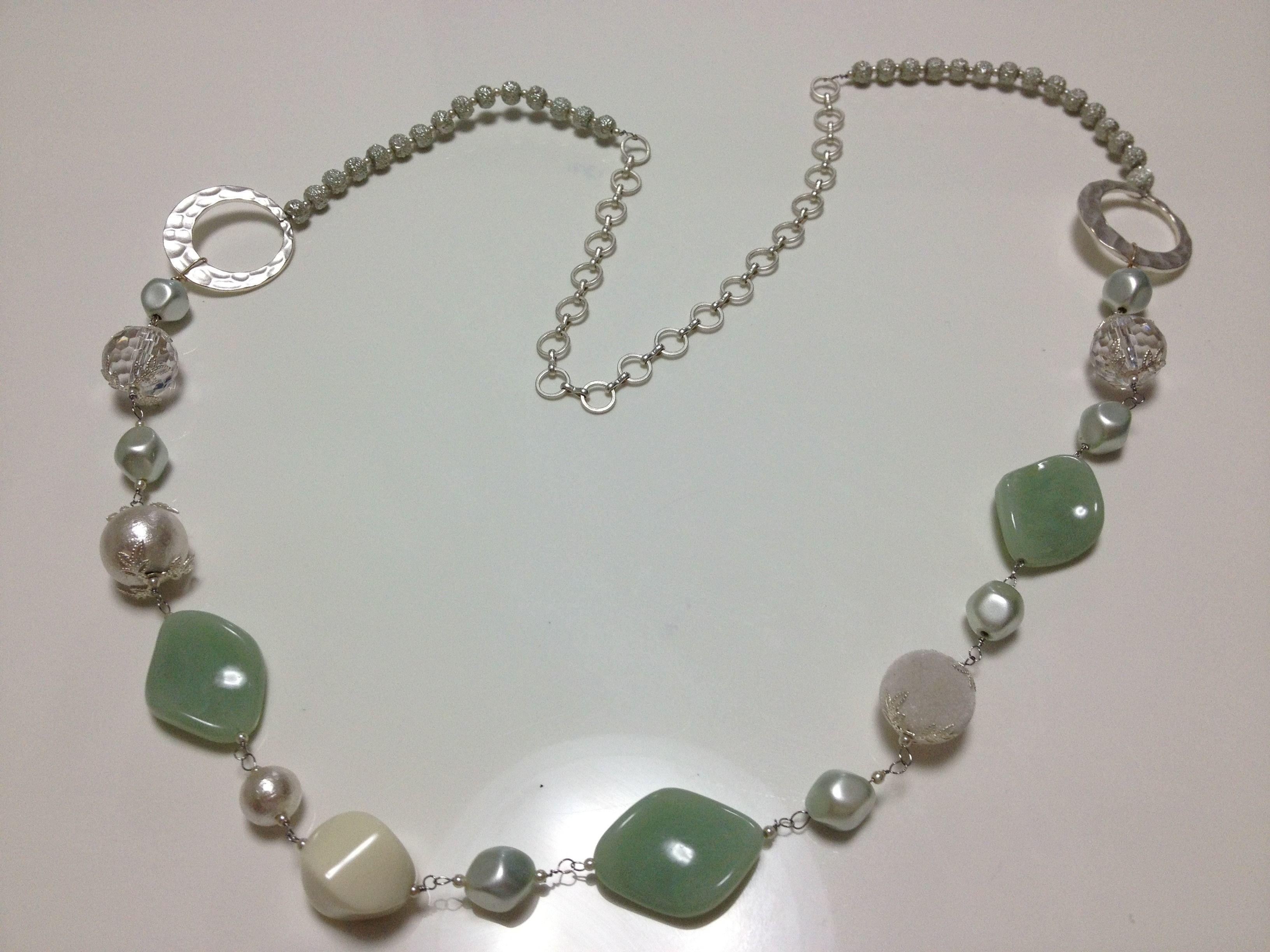 薄いグリーンのネックレス