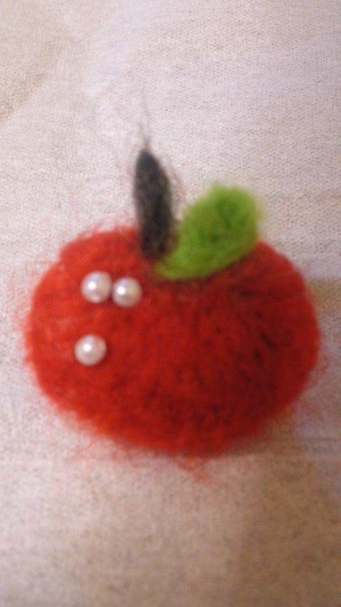 羊毛フェルト 小さなりんごのブローチ 入園、入学にも!