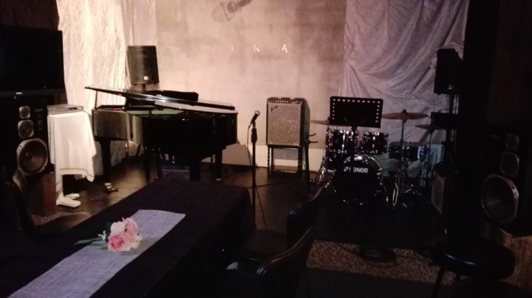 グランドピアノ&ドラム常設のライブ・パーティースペース