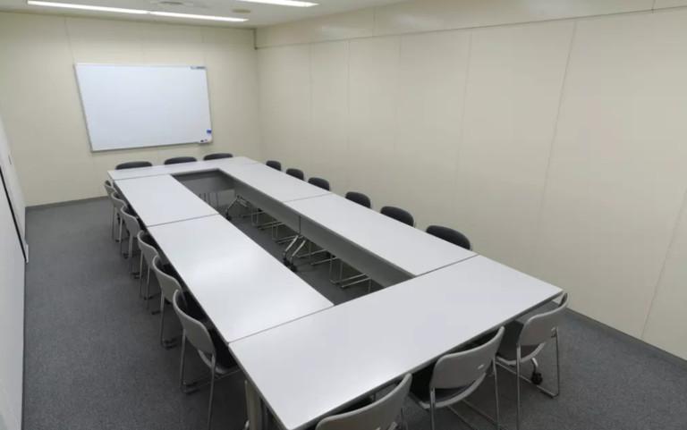 ホール8C/最大18人収容。会議、研修会、荷物置き場などにご利用頂けます