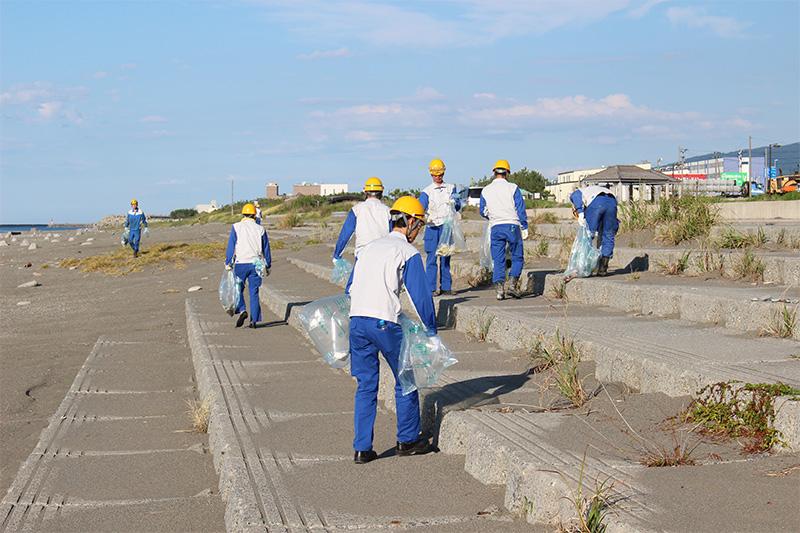 海岸の隅々まで清掃