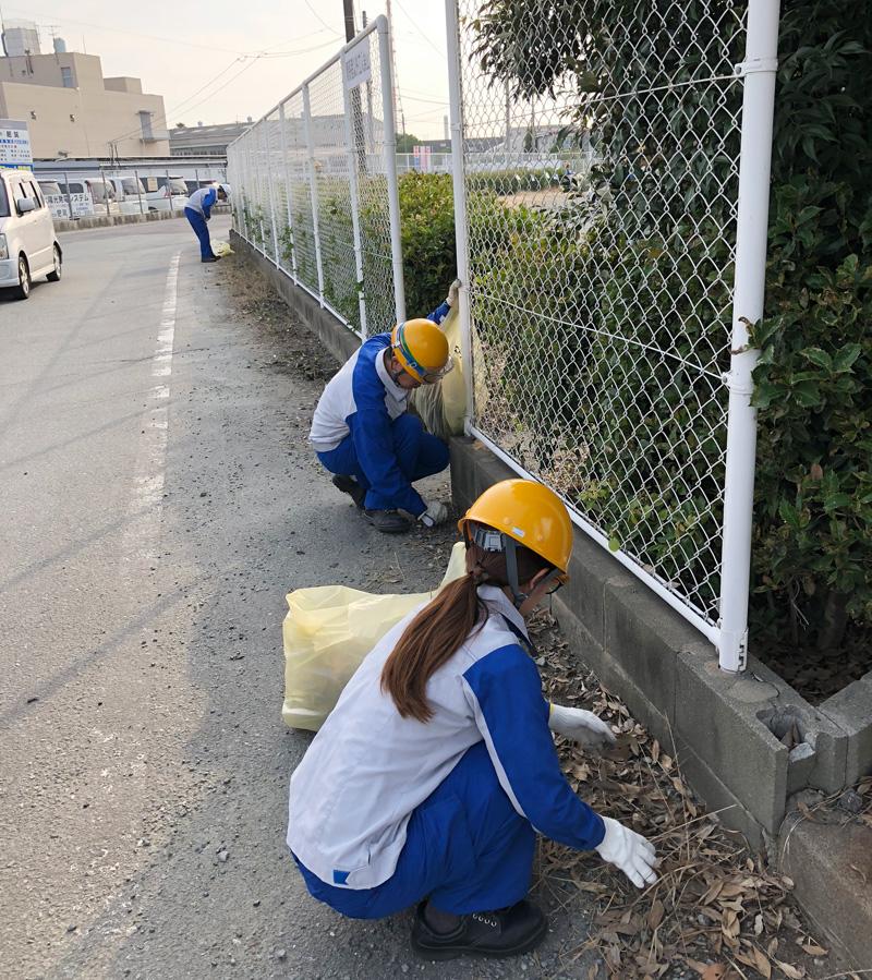 道路沿いの落葉の清掃