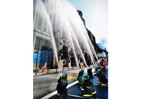 6本の消火栓から放水が始まると、約400人の見物客から歓声がわきました