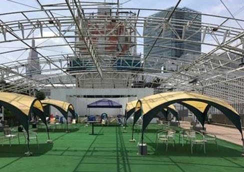 テントが設置された屋上