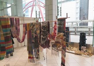 エントランスとギャラリースクエアに展示された作品