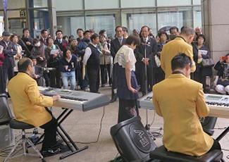社会福祉法人東京光の家の視覚障がい者で結成された<光バンド>の演奏