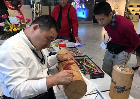 阿山隆之さんは焼きごてで描くため高い集中力を発揮