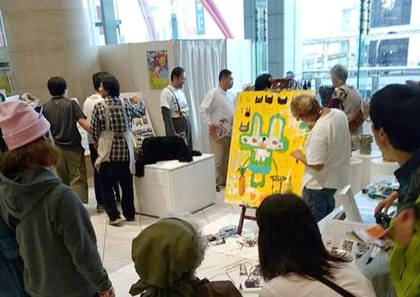 玉川宗則さんの次々変化するキャンバスにお客さまも目を奪われます
