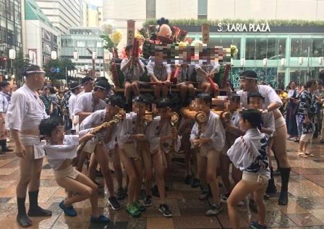 岩田屋本店本館前きらめき広場にて子供山笠をお迎えしました
