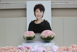 三越日本橋本店屋上お別れ会の献花