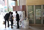 三越日本橋本店新館1階日本橋口特設コーナー。8台のガチャポンを設置 / 中:キノコストラップ / 右:ガチャポンのケース