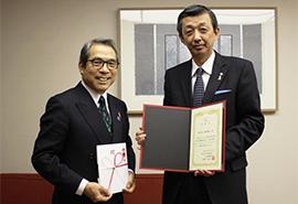 認定NPO法人乳房健康研究会福田理事長(左)に、瀧野新宿本店長から寄付金の目録を贈呈。福田理事長からは感謝状が贈られました