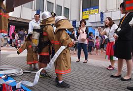 消防局では、実際に使用されるホースの重さを体感