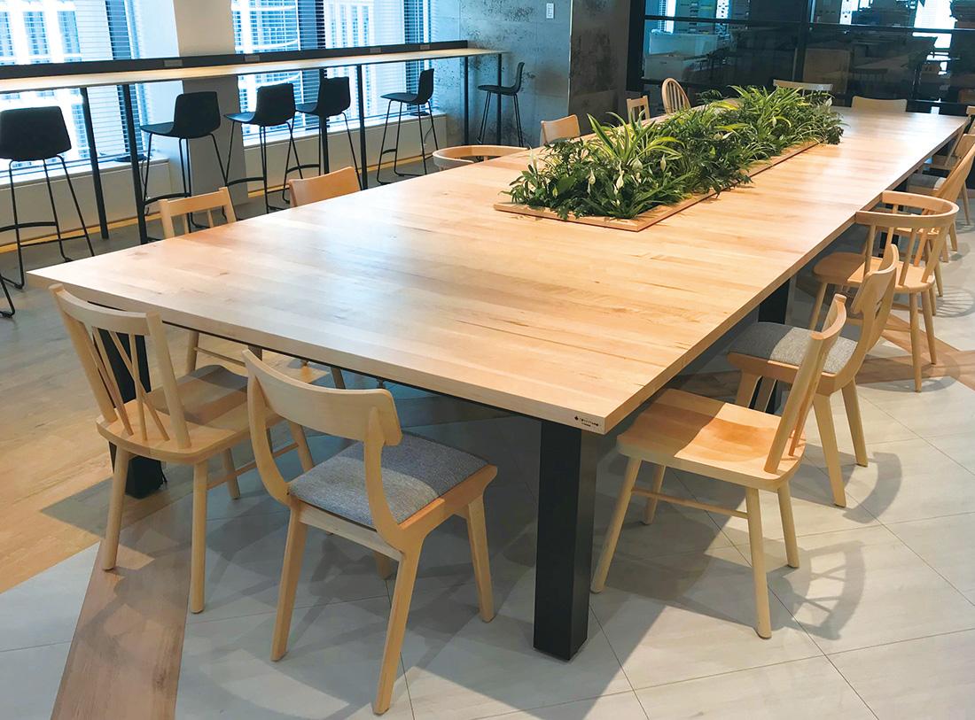 新本社食堂のビッグテーブル