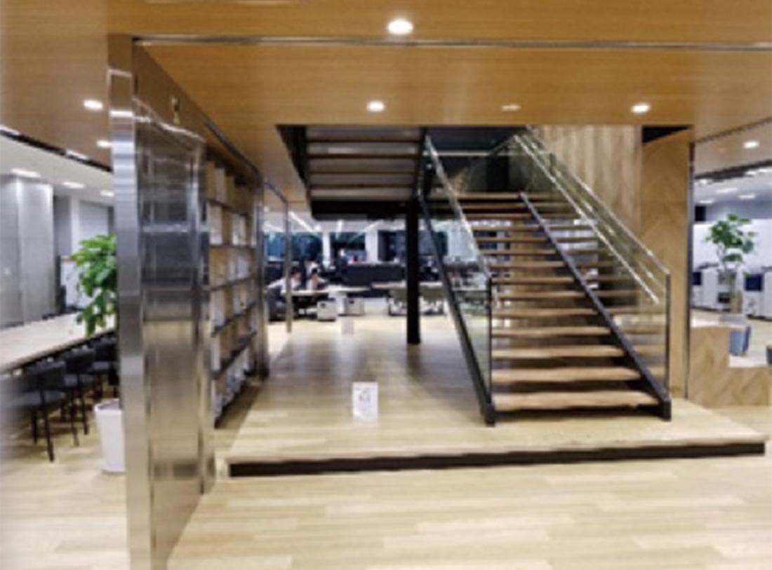 「繋がるオフィス」を象徴する中階段