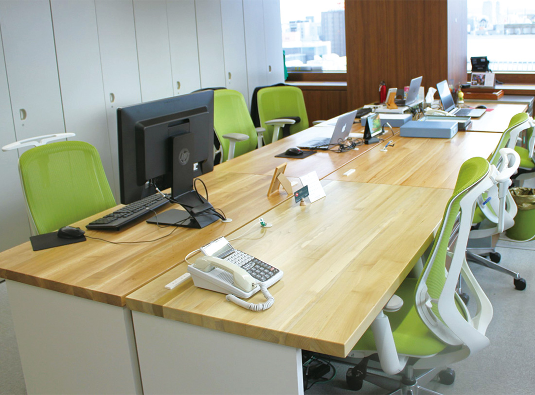 札幌オフィス内の執務デスク