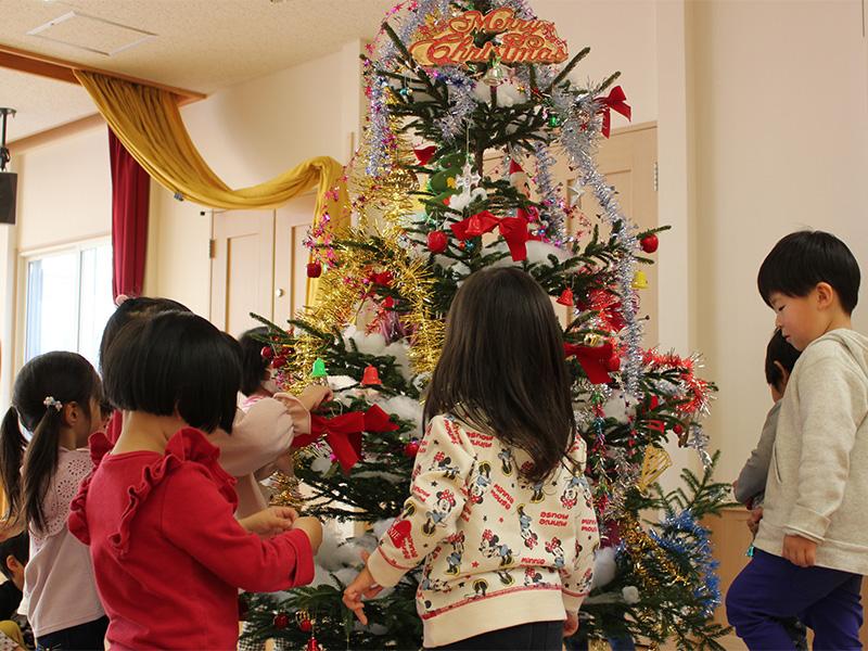 胆振東部地震で被災した厚真町保育園にクリスマスツリーを寄贈