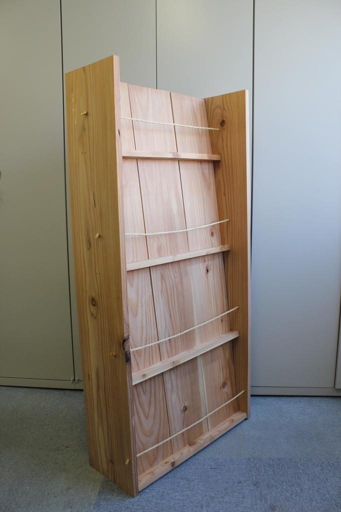 社有林カラマツ材で製作したパンフレット棚(マテリアルリアルエステート㈱森林部応接スペース)