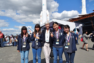 Astronaut Claudie Haigneré from France (Center) and 2019 Japanese national team members