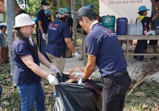 【写真】ニッスイタイランド社(タイ) 工場や公共墓地周辺を清掃