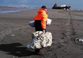 【写真】サルモネス・アンタルティカ社(チリ) Quenac養殖場近隣の海岸を清掃