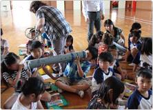 【写真】アナゴ筒を例に、さかなをつかまえる道具や方法を学びました。