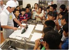 【写真】ブリの養殖について学習し、ブリの解体を見学しました。