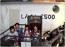 【写真】しんかい6500の模型を前に記念撮影