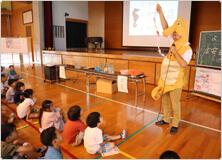 【写真】タツノオトシゴの着ぐるみを着ての講義に、みんな大喜び