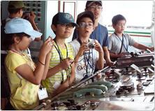 【写真】支援母船の操舵室を見学