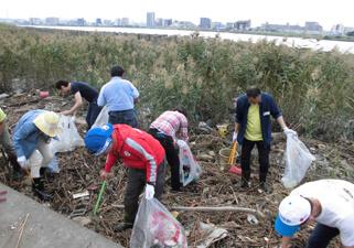 【写真】河川の清掃活動