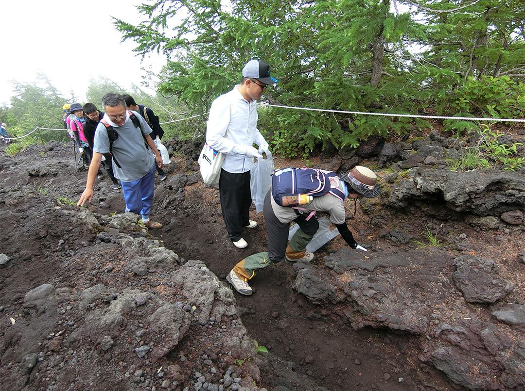 富士山5合目付近での清掃