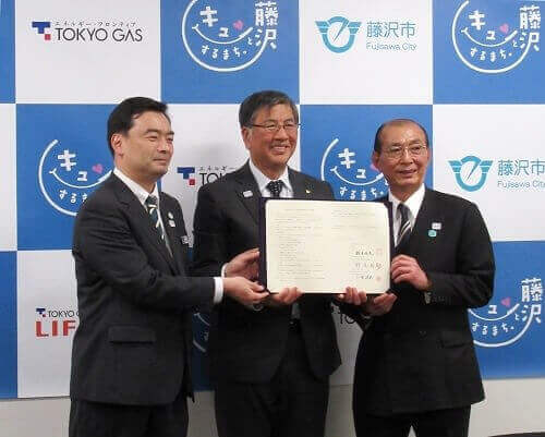 From left to right: Mr. Noo (General Manager of Tokyo Gas's Kanagawa Nishi Service Branch), Mr. Suzuki (Mayor of Fujisawa City), and Mr. Kosuge (President of Tokyo Gas LIFEVAL Shonan [Tokyo Gas Enework Co., Ltd. ])