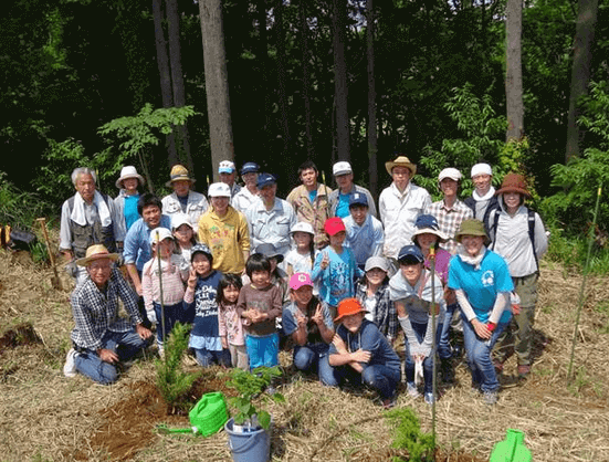 Planting and raising saplings in countryside harmed by the illegal excavation of sand (Chiba Prefecture)