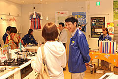 An employee talking with a customer at the LIVEVAL event