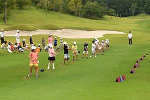 (Photo)Golf lesson in progress