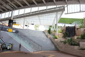 植栽や水景を施した南町田グランベリーパーク駅