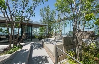 豊かな四季の自然を感じられる屋上テラス