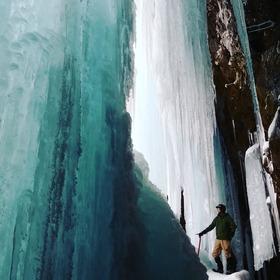 滝が凍る!神秘の世界