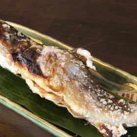 じっくり焼き上げる岩魚の塩焼き