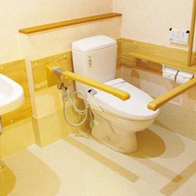 上げ下げ可能な手すりが設置されたお手洗