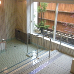 安全にゆったり入れる大浴場、寝たきりの方も入れます