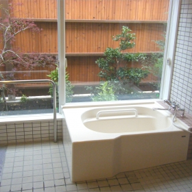 入浴訓練もできる小浴場、庭を見て露天風呂気分