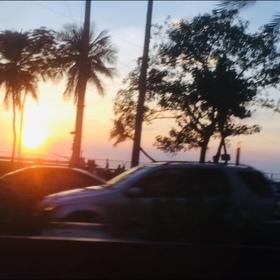 車内から臨む美しい夕日