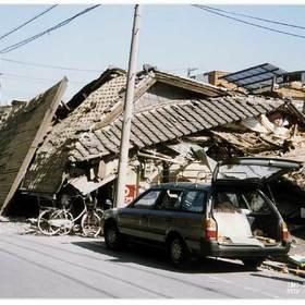 二階まで崩れた家屋