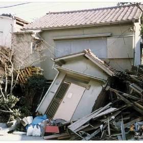 一階が押しつぶされた家屋